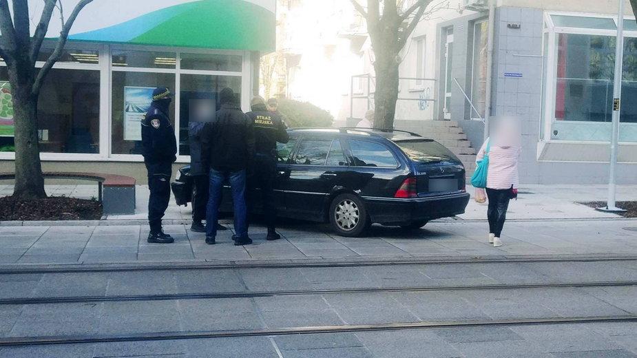 Zdjęcie czytelnika, po tym jak kierujący mercedesem przestawił auto