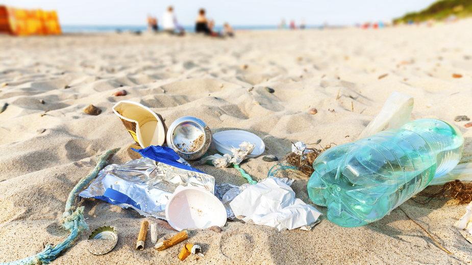 Wyższe kary za zaśmiecanie m.in. plaż w planach rządu