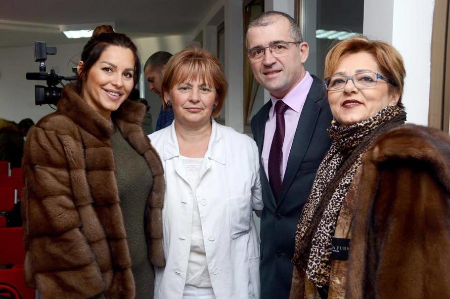 Seka Aleksić i majka Ibrima u Domu zdravlja Stara Pazova