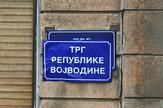 Prelepljena tabla na Trgu republike