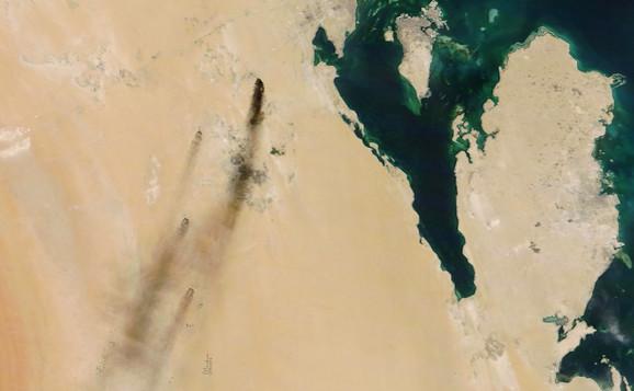 Dim nakon napada na rafineriju snimljen je iz satelita (crni tragovi na levoj strani slike)