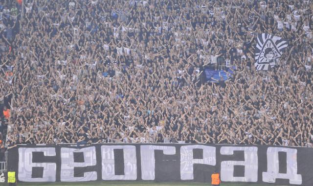 """""""Grobari"""" na jednoj od  utakmica FK Partizan pre pandemije koronavirusa"""