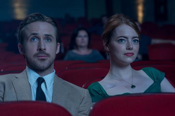 La La Land, reż. Damien Chazelle, polska premiera: 20 stycznia 2017 Mia jest początkującą aktorką, która w oczekiwaniu na szansę pracuje jako kelnerka. Sebastian to muzyk jazzowy, który zamiast nagrywać płyty, gra do kotleta w podrzędnej knajpce. Gdy drogi tych dwojga przetną się, połączy ich wspólne pragnienie, by zacząć wreszcie robić to co kochają. Miłość dodaje im sił, ale gdy kariery zaczynają się wreszcie układać, coraz mniej jest czasu i sił dla siebie nawzajem. Czy uda im się ocalić uczucie, nie rezygnując z marzeń? [opis dystrybutora kino]