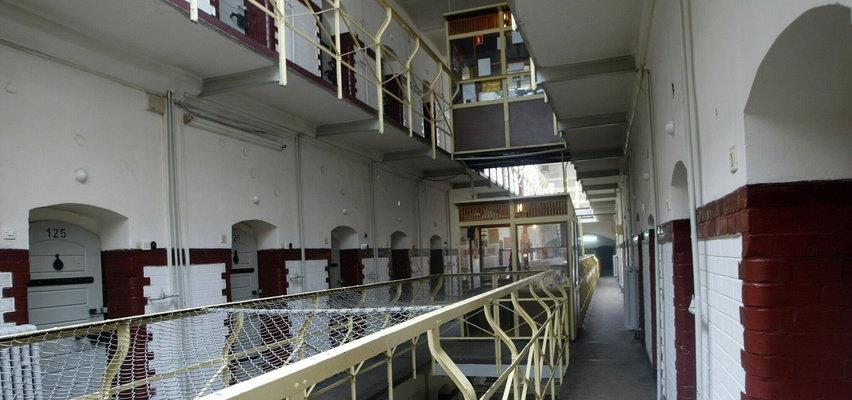 """Tak więźniowie """"powitali"""" lubieżnego optyka?! To nagranie przeraża, ale jest też drugie dno..."""