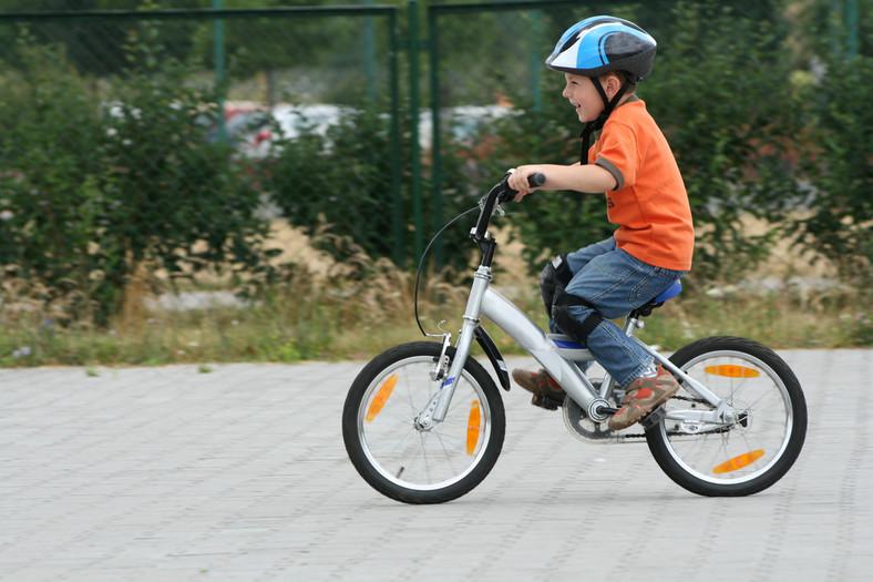 Pierwszeństwo roweru jadącego ścieżką rowerową przed skręcającymi pojazdami