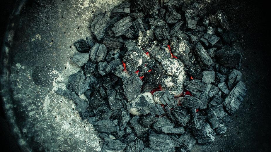 Jak spalanie ekogroszku wpływa na stan powietrza? Zależy też od pieca i rodzaju spalania.