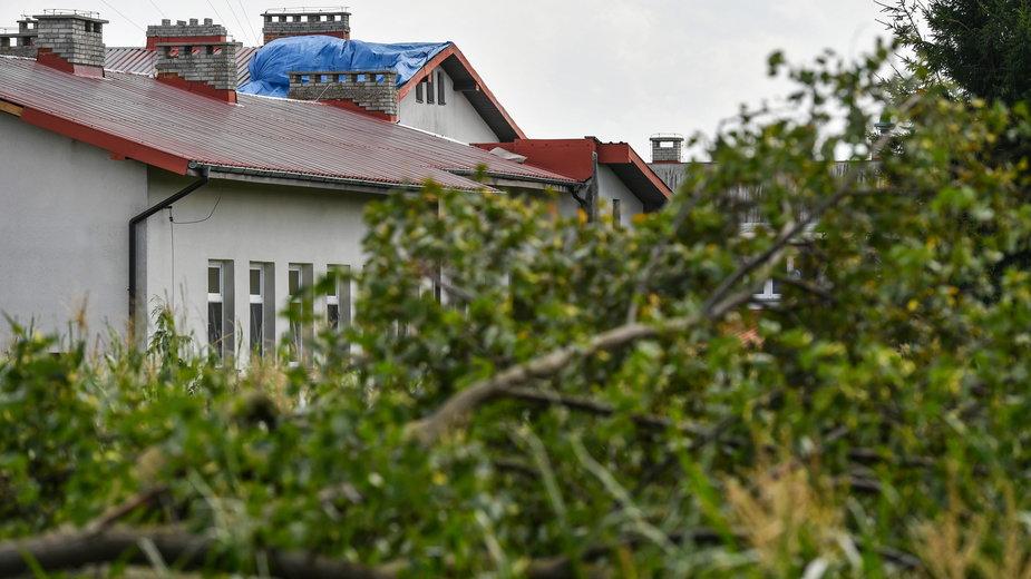 Uszkodzony wskutek nawałnicy budynek szkoły w miejscowości Gózd (pow. rycki)