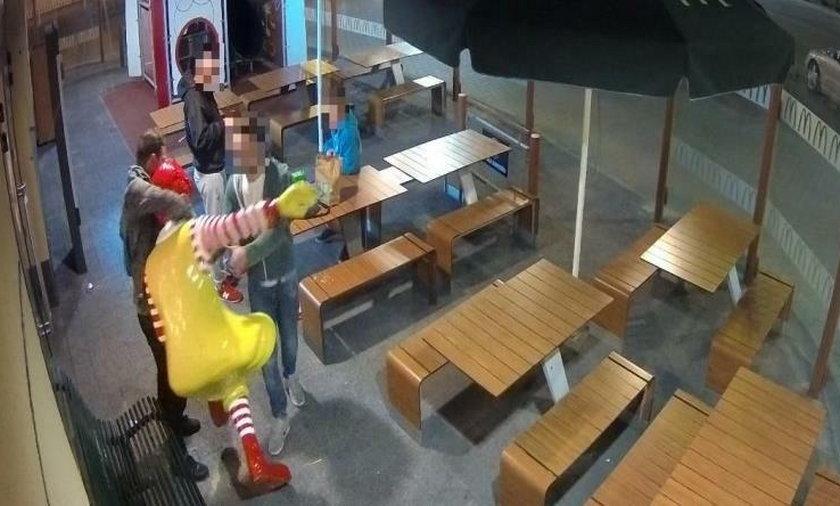 Policjanci poszukują mężczyzny, który uszkodził figurę klauna oraz metalową ławkę przy restauracji McDonald`s w Rzeszowie
