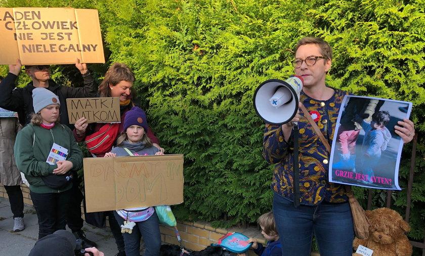 Demonstranci przynieśli ze sobą zdjęcia dzieci wywiezionych na granicę