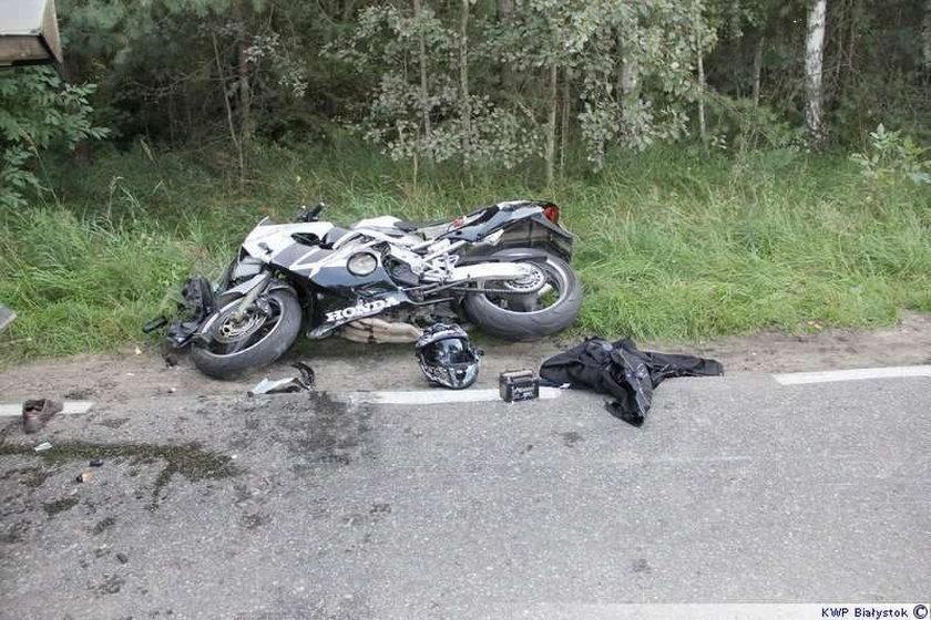Motocyklista wbił się w naczepę. Nie żyje. FOTY