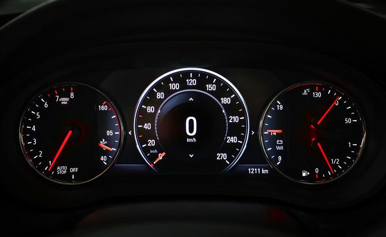 Zestaw wskaźników wyjątkowo bogaty, zupełnie jak za dawnych lat (Omega, Senator) - poza standardowymi zegarami obejmuje nawet woltomierz i wskaźnik temperatury oleju