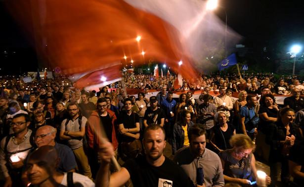 Wcześniej kilkanaście osób próbowało zablokować wyjazd radiowozu, w którym był rzecznik rządu Rafał Bochenek. Policja usuwała protestujących, którzy uniemożliwiali przejazd radiowozu.