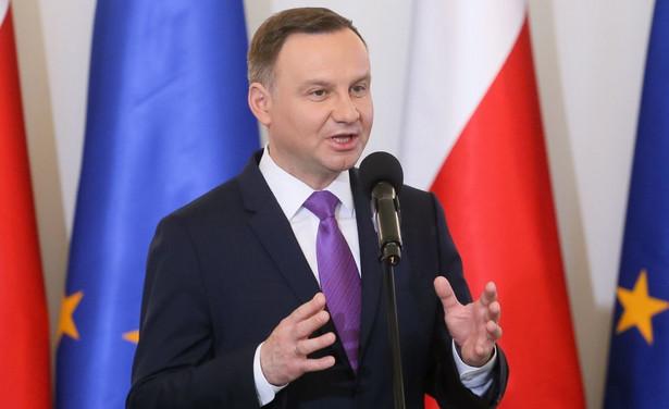 """""""Ja jako prezydent Rzeczypospolitej także staram się brać udział w budowie Rzeczypospolitej tej silnej, takiej, o jaką walczyły pokolenia naszych przodków i o jaką myśmy, współczesne pokolenia walczyli w 1989 roku"""" - dodał."""