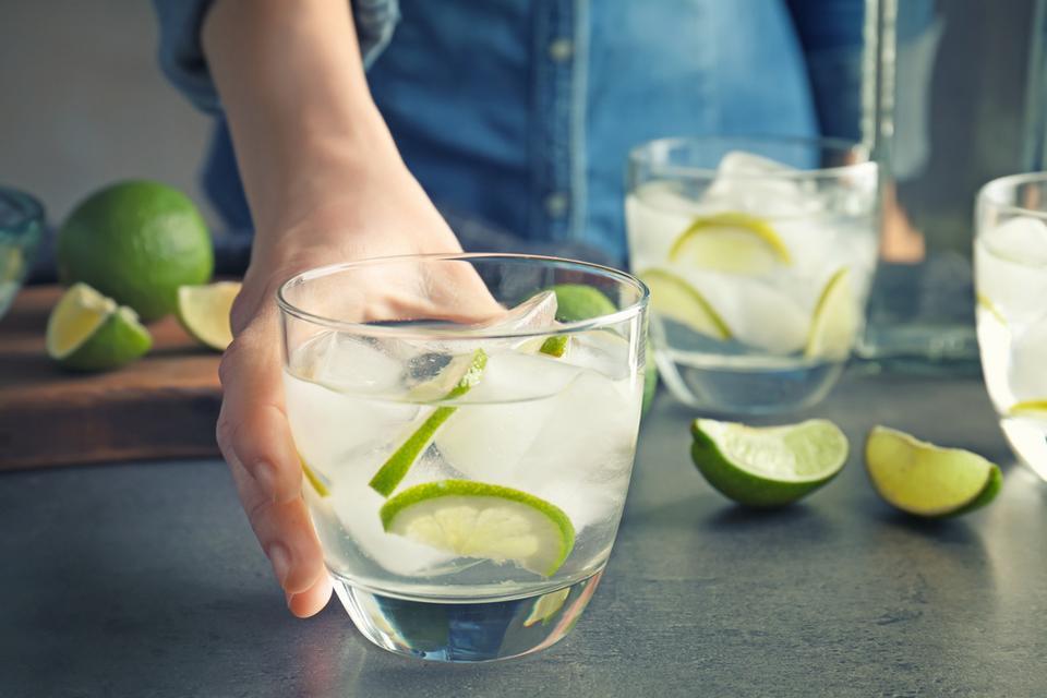 Nawadniaj organizm - pij wodę, jedz owoce