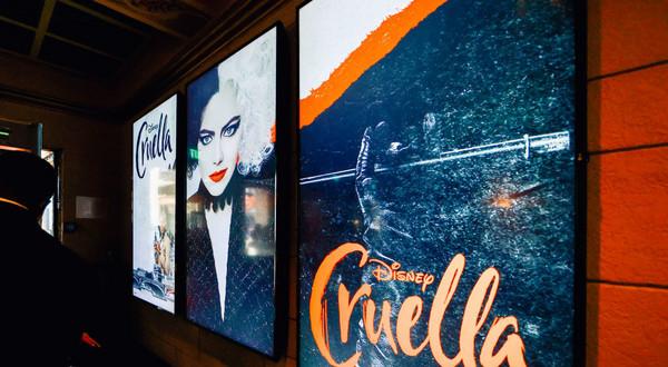 """Film """"Cruella"""" do katalogu Disney+ trafił kilka dni po premierze kinowej w Polsce. Co ciekawe, początkowo posiadał polskie wersje językowe (dubbing i napisy)"""