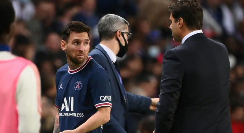 Lionel Messi looks at Mauricio Pochettino as he walks off the pitch in PSG's game against Lyon Creator: FRANCK FIFE