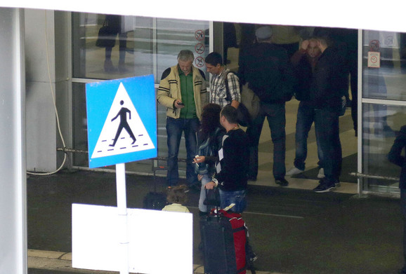 PONUDA Dogovor na engleskom: Taksista (levo) je našem novinaru (desno) na telefonu odmah izračunao da je vožnja do centra 3.300 dinara
