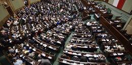 Nocne głosowanie w Sejmie. Schetyna dawno już się tak nie śmiał