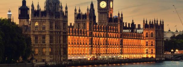 Pałac Westminsterski – miejsce posiedzeń obu izb Parlamentu Zjednoczonego Królestwa (Izby Lordów i Izby Gmin). Pałac znajduje się w Londynie, w dzielnicy City of Westminster, na lewym brzegu rzeki Tamizy. Najstarsza istniejąca dziś część pałacu, Westminster Hall, powstała w roku 1097. Pałac służył początkowo jako siedziba władcy, ale żaden monarcha nie mieszkał tam od XVI wieku. Większość obecnej struktury pałacu pochodzi z XIX wieku, kiedy to pałac został odbudowany po pożarze w roku 1834. Architektem odpowiedzialnym za odbudowę był Sir Charles Barry, a obecny wygląd pałacu jest przykładem stylu neogotyckiego. Jedną z najsławniejszych części pałacu jest wieża zegarowa, mieszcząca znaną atrakcję turystyczną, zegar oraz dzwon Big Ben.