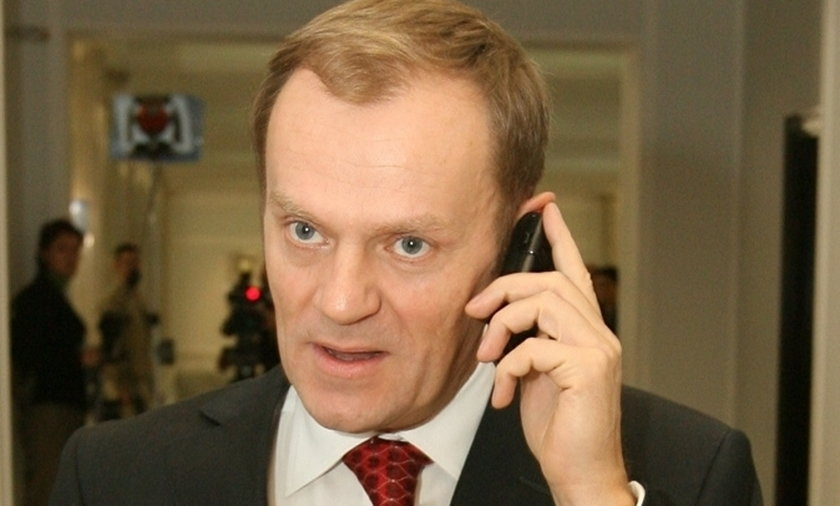 Donald Tusk rozmawia przez telefon