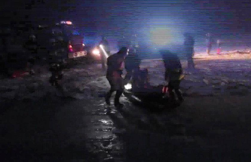 Ratowali mężczyznę z lodowatej wody
