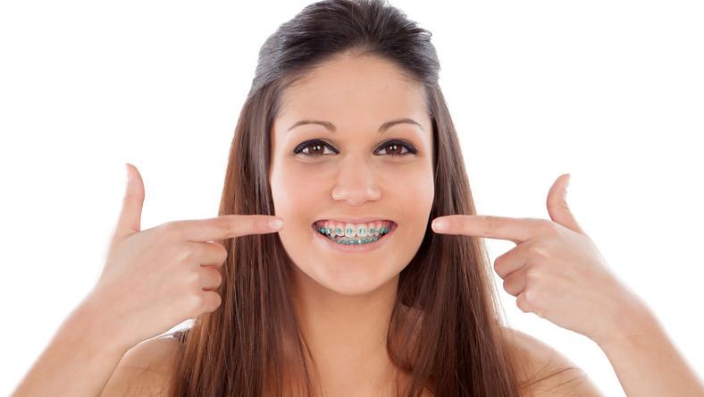 Chociaż większość osób decyduje się na leczenie ortodontyczne ze względu na piękny i symetryczny uśmiech, to nie można zapomnieć o kłopotach zdrowotnych, jakie mogą nieść za sobą wady zgryzu, a jest ich wiele… - Próchnica, choroby przyzębia, wady wymowy, uszkodzenia mechaniczne zębów, wady postawy, czy bóle kręgosłupa - to tylko niektóre z przykrych konsekwencji, które mogą nas2 spotkać, jeśli w porę nie zareagujemy. Warto również wspomnieć, że krzywy zgryz utrudnia rozdrabnianie pokarmów, a przez to również trawienie, co może prowadzić do wielu schorzeń układu pokarmowego np. rozwoju refluksu czy problemów z trawieniem – mówi lek. stom. Kamil Stefański z Dentim Clinic, ekspert w dziedzinie ortodoncji.