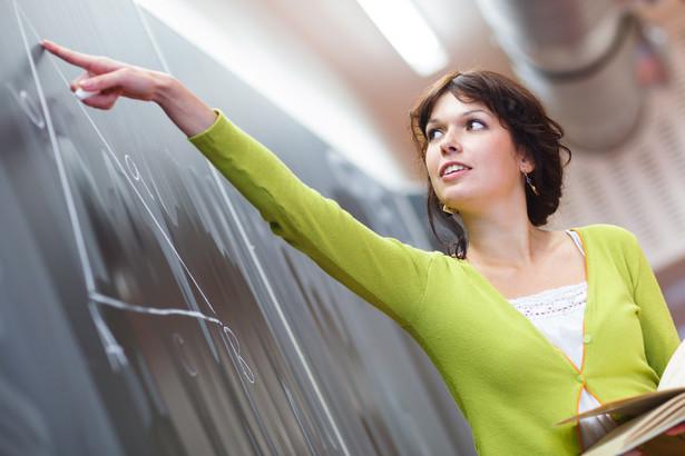 Ważne Nauczyciele, którzy otrzymają najwyższą ocenę, mogą liczyć na szybszy awans, a dyplomowani na specjalny dodatek, który docelowo ma wynosić 500 zł miesięcznie
