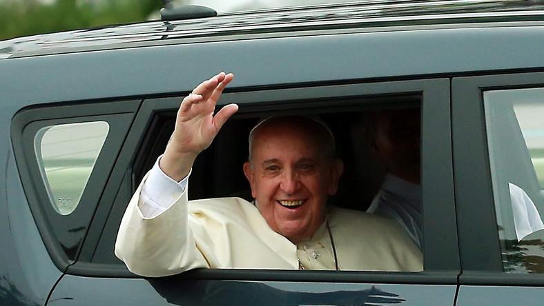 Papież Franciszek jest w Korei Południowej. Na lotnisku w Seulu powitała go prezydent Park Gyeun-Hie. Franciszek spędzi na Półwyspie Koreańskim pięć dni. To pierwsza od ćwierć wieku wizyta głowy kościoła katolickiego w Korei Południowej. Słynący ze skromnego życia Ojciec Święty ponownie zadziwił świat motoryzacyjnym wyborem na czas pielgrzymki...