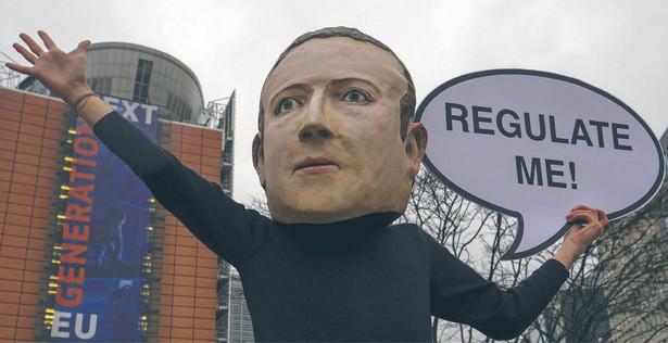 Wśród firm, na które DMA nałoży nowe obowiązki, jest m.in. Facebook Marka Zuckerberga. Na zdjęciu protest przed siedzibą KE