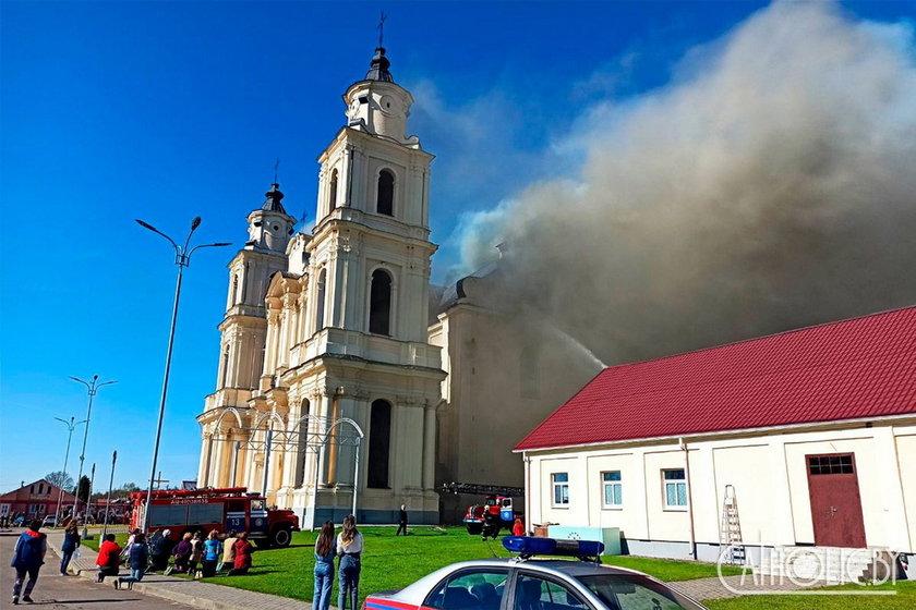 Dzięki pomocy wolontariuszy wyniesiono cenne wyposażenie kościoła
