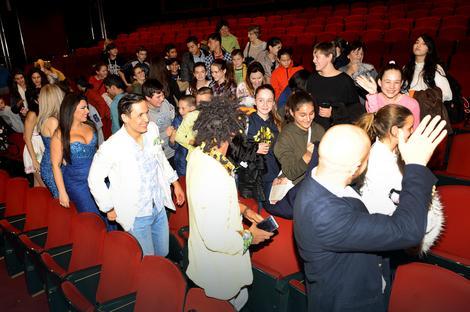Deca iz Prihvatnog centra u Šidu i njihovi drugari iz škole sa glumcima Pozorišta na Terazijama