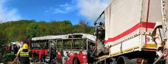 Četiri osobe izgorele su u vozilima u plamenu