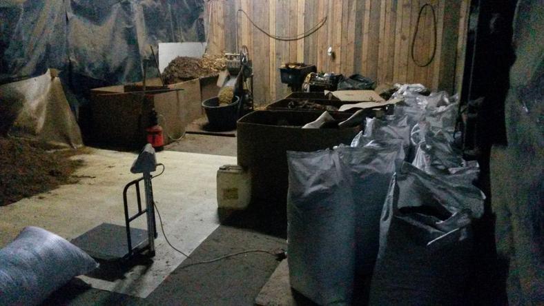 Policjanci i pogranicznicy zabezpieczyli sprzęt do produkcji papierosów