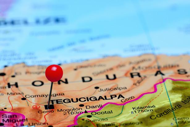 Ok. dwa tysiące osób, obywateli Hondurasu, mężczyzn, kobiet i dzieci, przekroczyło we wtorek w Agua Caliente granicę między Hondurasem a Gwatemalą i podążają do Esquipulas we wschodniej Gwatemali, kierując się do Meksyku, by dotrzeć do USA.