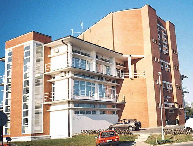 """Fakultet za uslužni biznis """"Fabus"""" u Sremskoj Kamenici kod Novog Sada"""