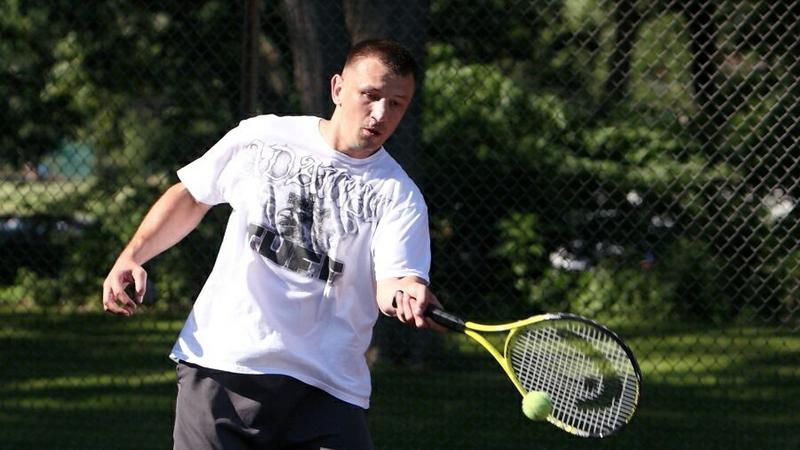 Tomasz Adamek gra w tenisa
