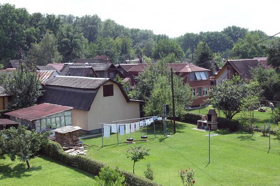Kućice okružene zelenilom i vodom