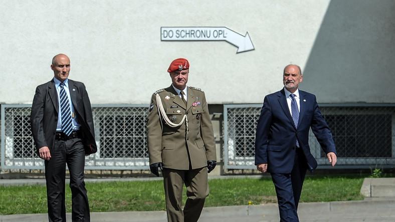 Minister obrony narodowej (P) i komendant główny ŻW Tomasz Połuch (C), podczas uroczystości zorganizowanych w Warszawie z okazji święta Żandarmerii Wojskowej