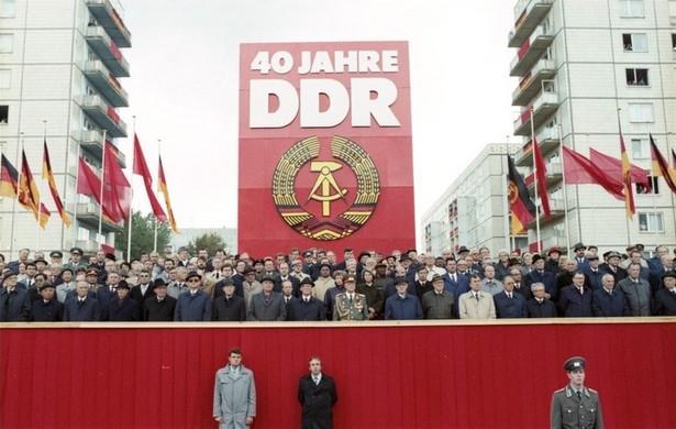 """Obchody """"40-lecia NRD"""", Berlin Wschodni, 1989 r. Źródło: Bundesarchiv, Bild 183-1989-1007-402 / Franke, Klaus / licencja CC-BY-SA"""