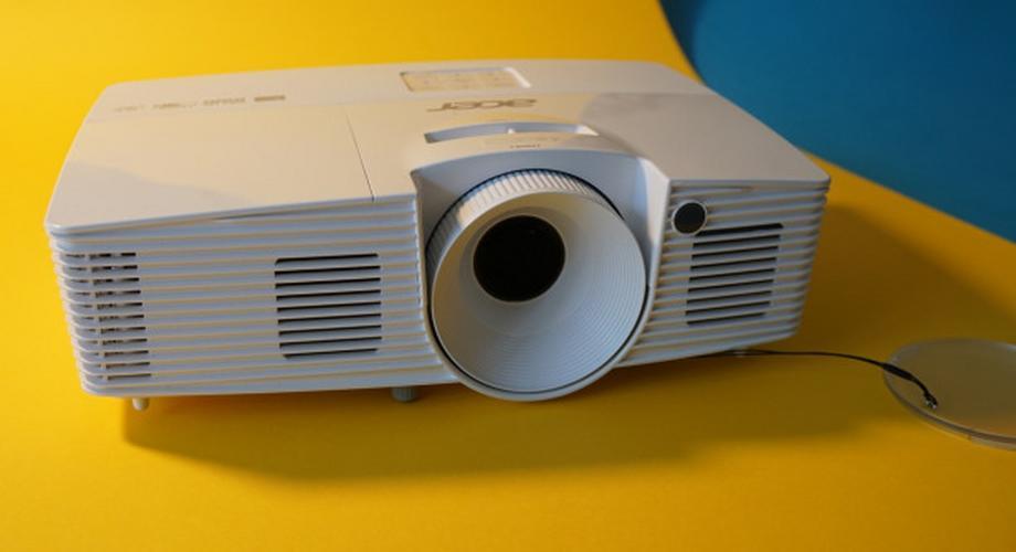 Full-HD-Beamer Acer H6517ABD im Test: gut und kompakt