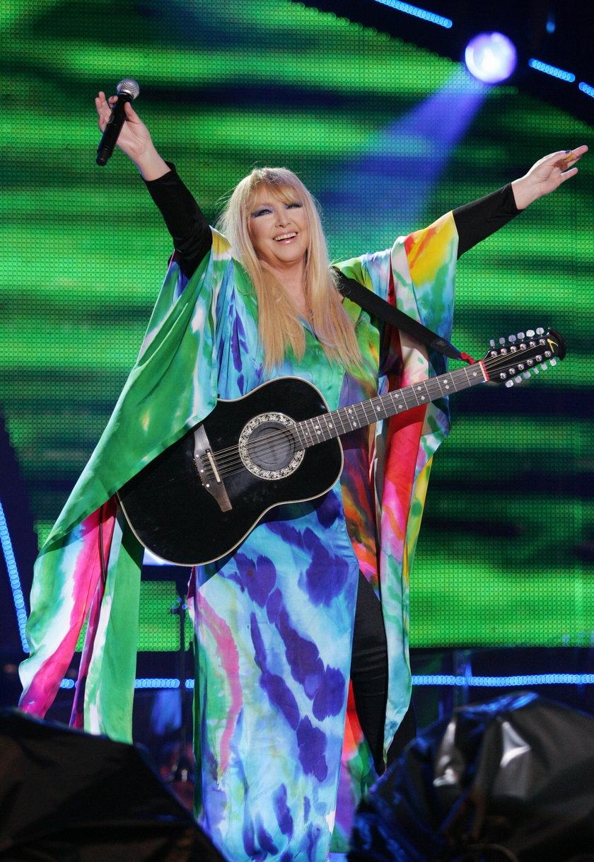Maryla Rodowicz - tęczowa i z gitarą