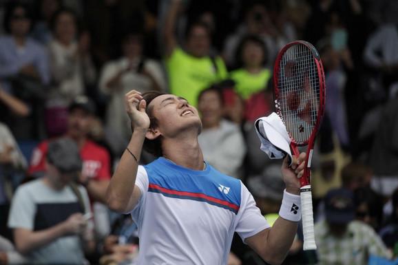 Jošihito Nišioka slavi pobedu nad Laslom Đereom na Australijan openu