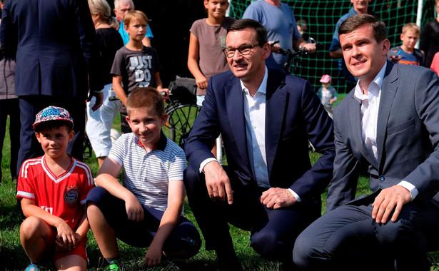 """""""My chcemy Polskę sklejać"""" - powiedział do zgromadzonych. """"Chcemy sklejać Polskę silniejszą rodziną, sprawnym zarządzaniem, szybko rozwijającą się gospodarką, drogami, mostami. To są rzeczy, których ludzie potrzebują, to jest prawdziwe sklejanie Polski"""" - zaznaczył premier."""