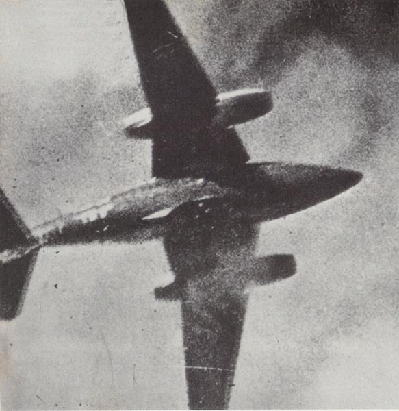 Zdjęcie Me 262 wykonane przez pilota P-51 Mustang. Gdy amerykańscy piloci widzieli sylwetkę tego odrzutowca, mogli czuć się zagrożeni.