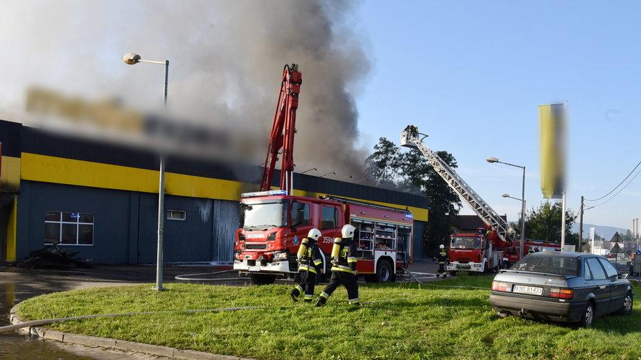 Miejsce pożaru na terenie jednego z obiektów handlowych w Nowym Sączu