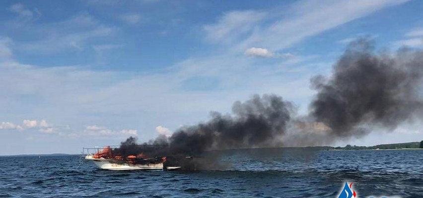 Pożar na wodzie. Cztery osoby były na pokładzie. Trzy trafiły do szpitala. ZDJĘCIA