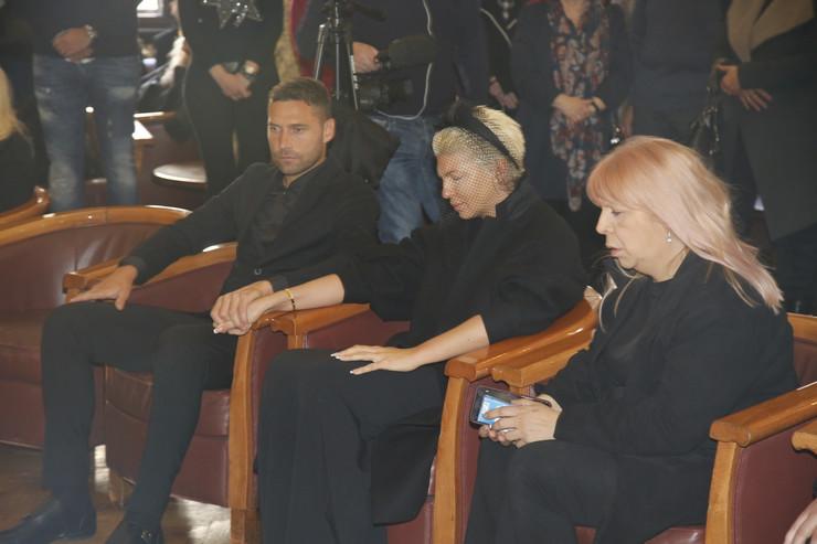 JELENA KARLEUŠA U SUZAMA Pevačica se slomila pred početak komemoracije Divni Karleuši
