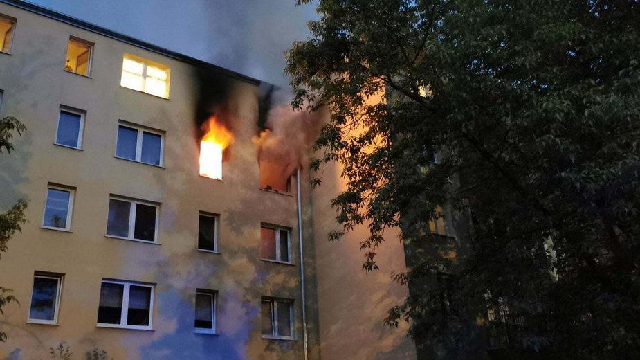 Pożar w Pruszkowie. Nastolatek nie żyje; kobieta w ciężkim stanie