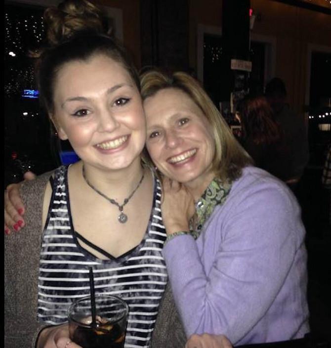 Debi, devojčica koja je preminula zbog toskičkog šoka na fotografiji sa majkom