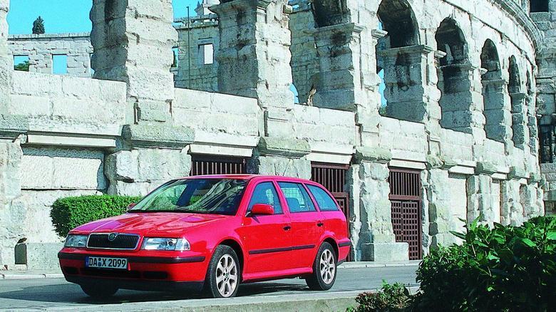 Octavia I to dobry pomysł na rodzinne auto za rozsądne pieniądze. Pakowne są i liftback, i kombi.Sprawdzi się i na co dzień i podczas wyjazdów.